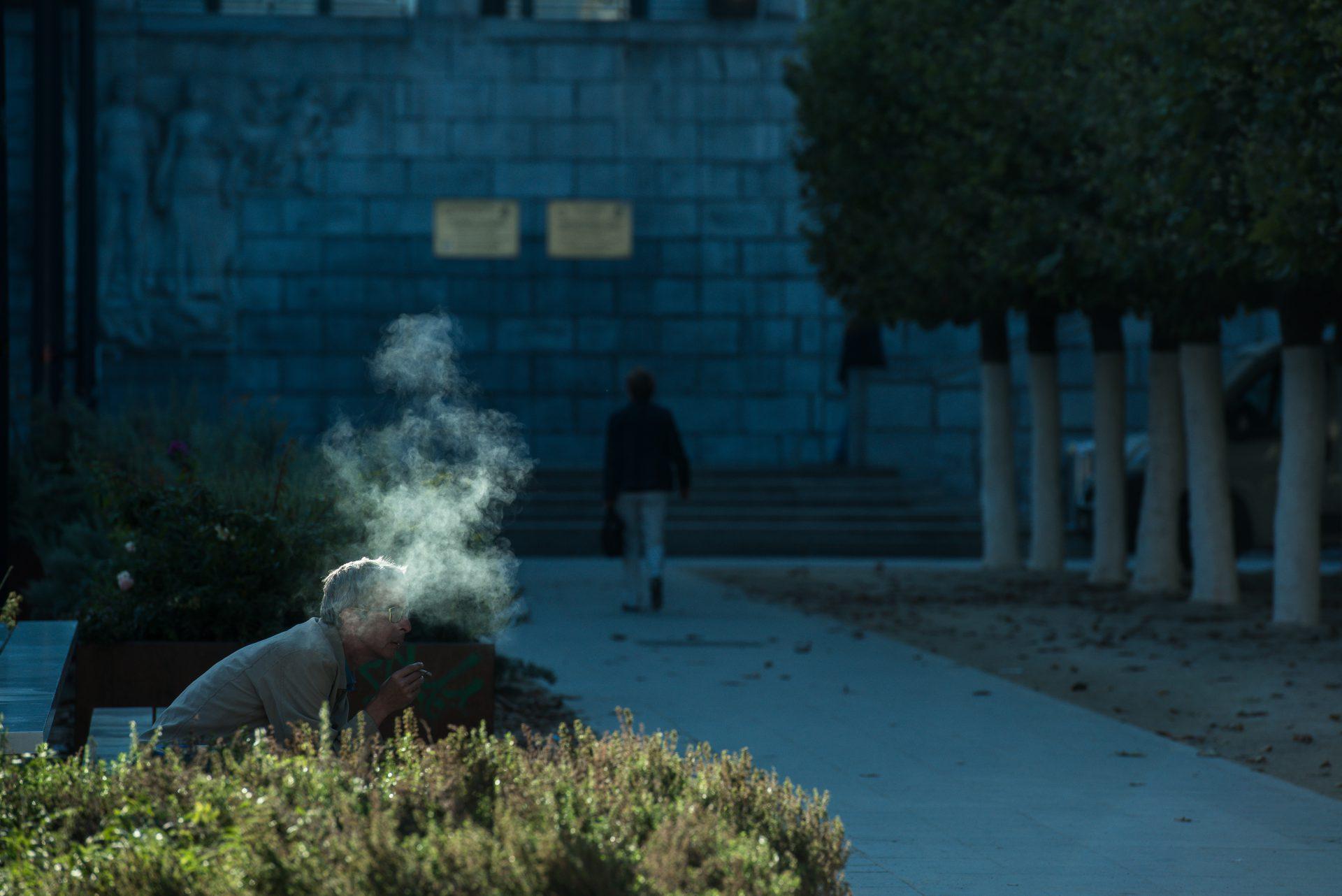 Street – 1 – Man en rook