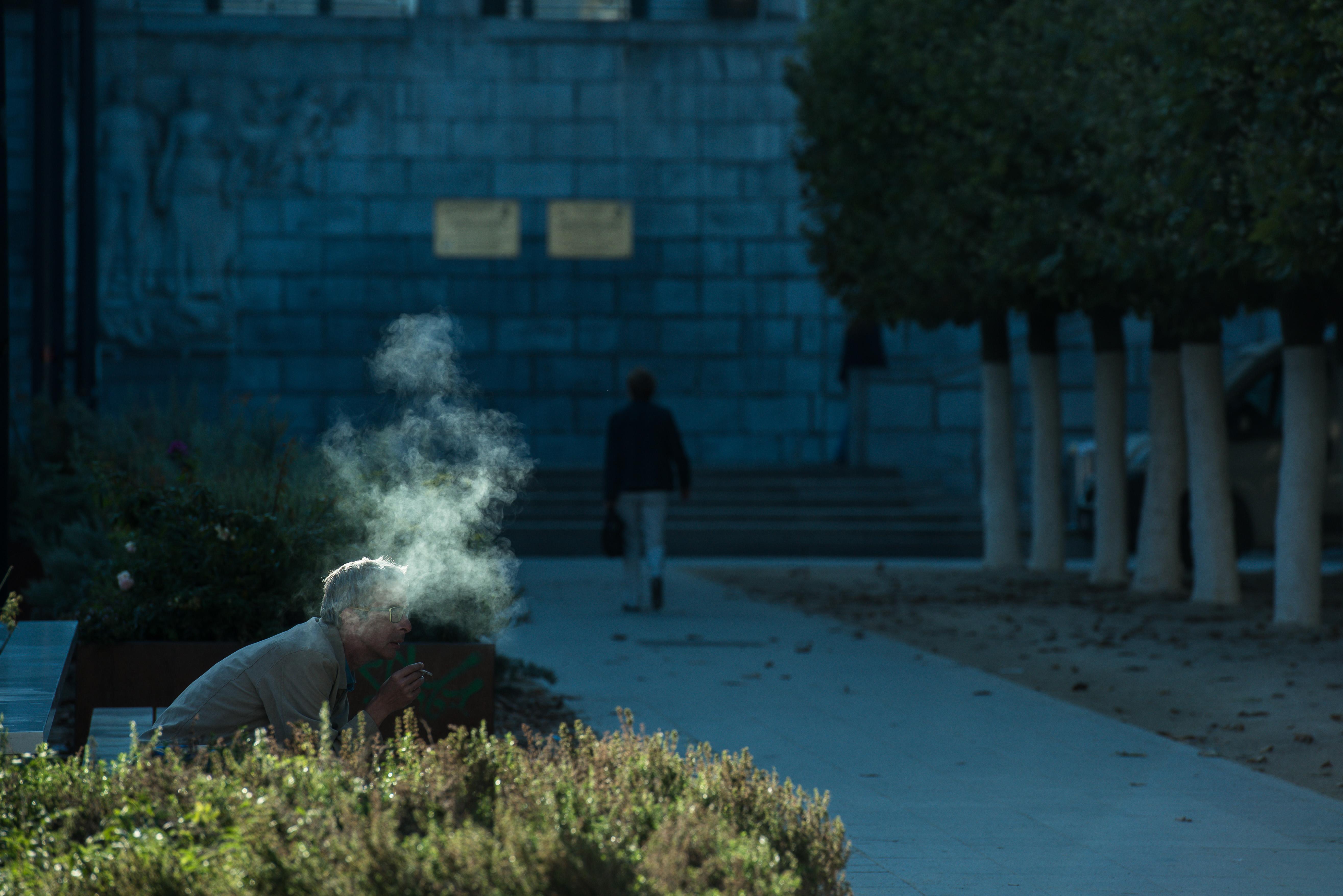 Home – 6 – Man en rook