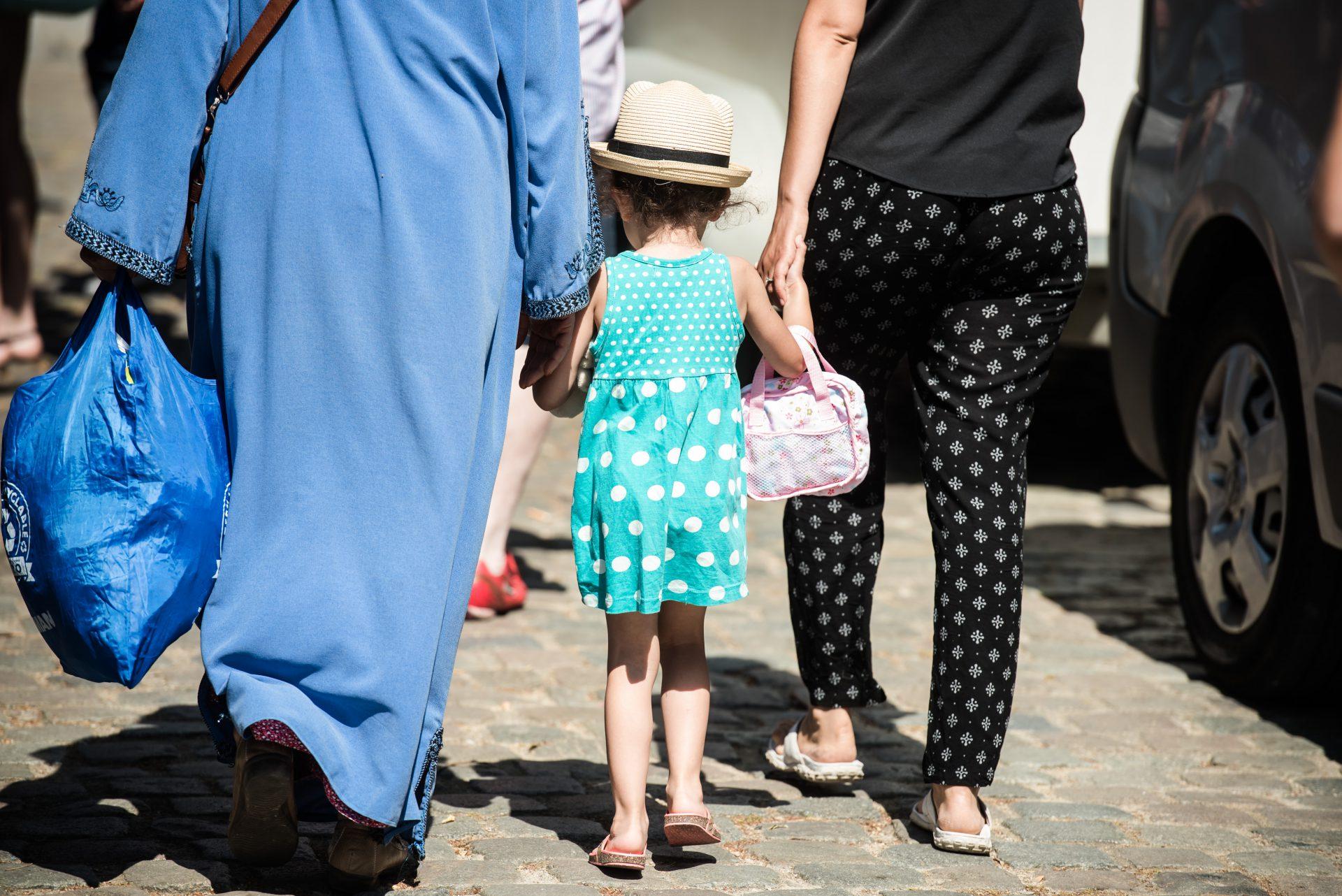 Street – 7 – meisje met hoed en tas