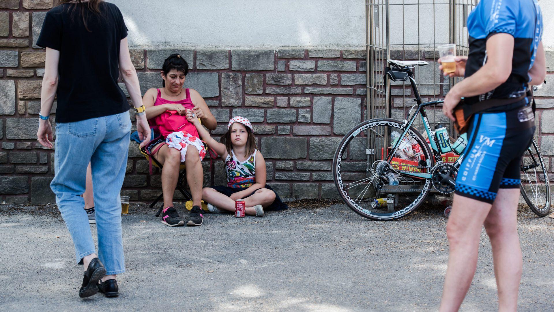 Street – 2 – moeder en kind en fiets in Hoei